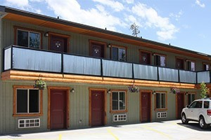 Moose Creek Inn & Cabins - stay with us :: Delight in our well-appointed rooms & cabins w/energy efficient appliances, free WIFI, SatTV, BBQs, A/C, in-room coffee, just 3 blocks to Park entrance. BOOK ONLINE & save.