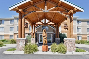 Clubhouse Inn - upscale and affordable :: One of West Yellowstone's finest and most comfortable hotels featuring indoor pool/jacuzzi & complimentary breakfast. Near IMAX, Wolf & Bear Center, and 3 blocks to the Park.